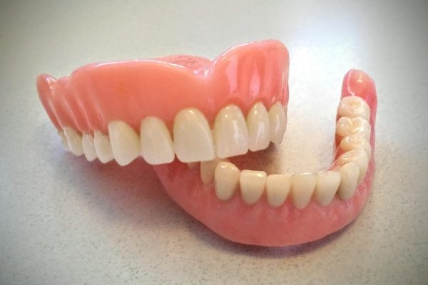 Przegląd aktualnie stosowanych metod ustawiania zębów w protezach całkowitych
