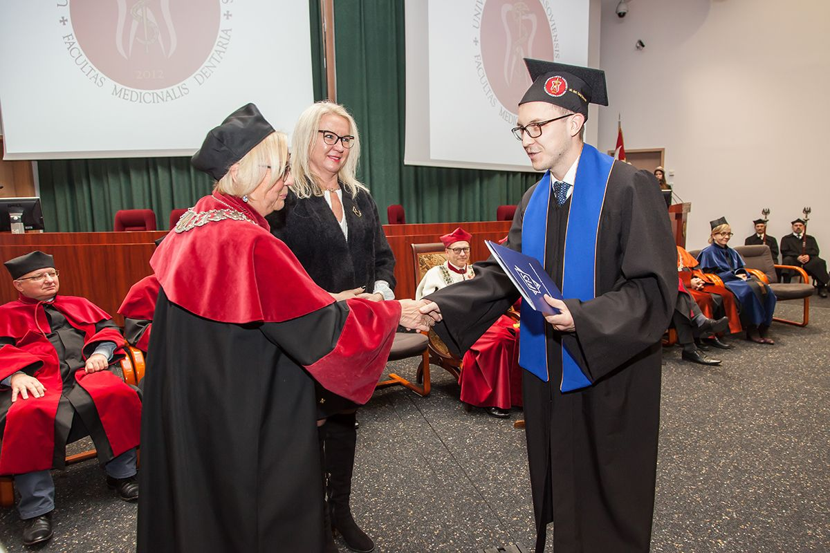 Absolwenci WUM z dyplomami i nagrodami PTS